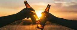 bier-anstoßen-freunde-team